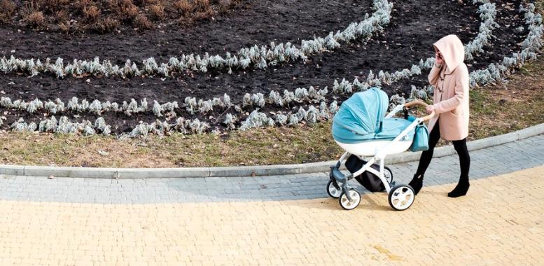 Kinderwagen stroller Baby spaziergang Foto:Alexey Shikov bei Unsplash