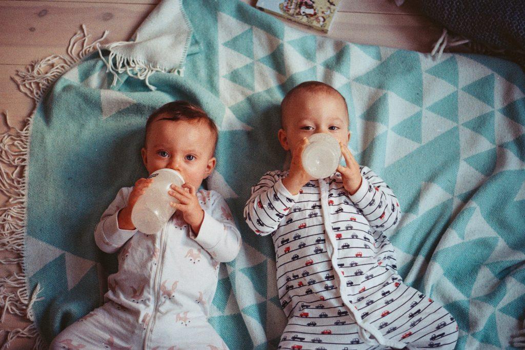 Stillen Milchflasche geben Bany Kleinkind Flaschenkinder Foto:Jens Johnsson bei Unsplash