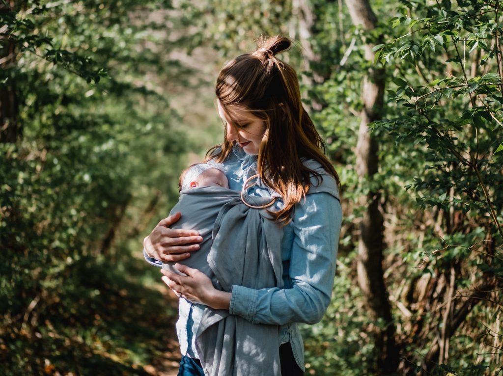 Babytrage Sling Trage Babytuch Kleinkind tragen Foto:Kyle Nieber bei Unsplash