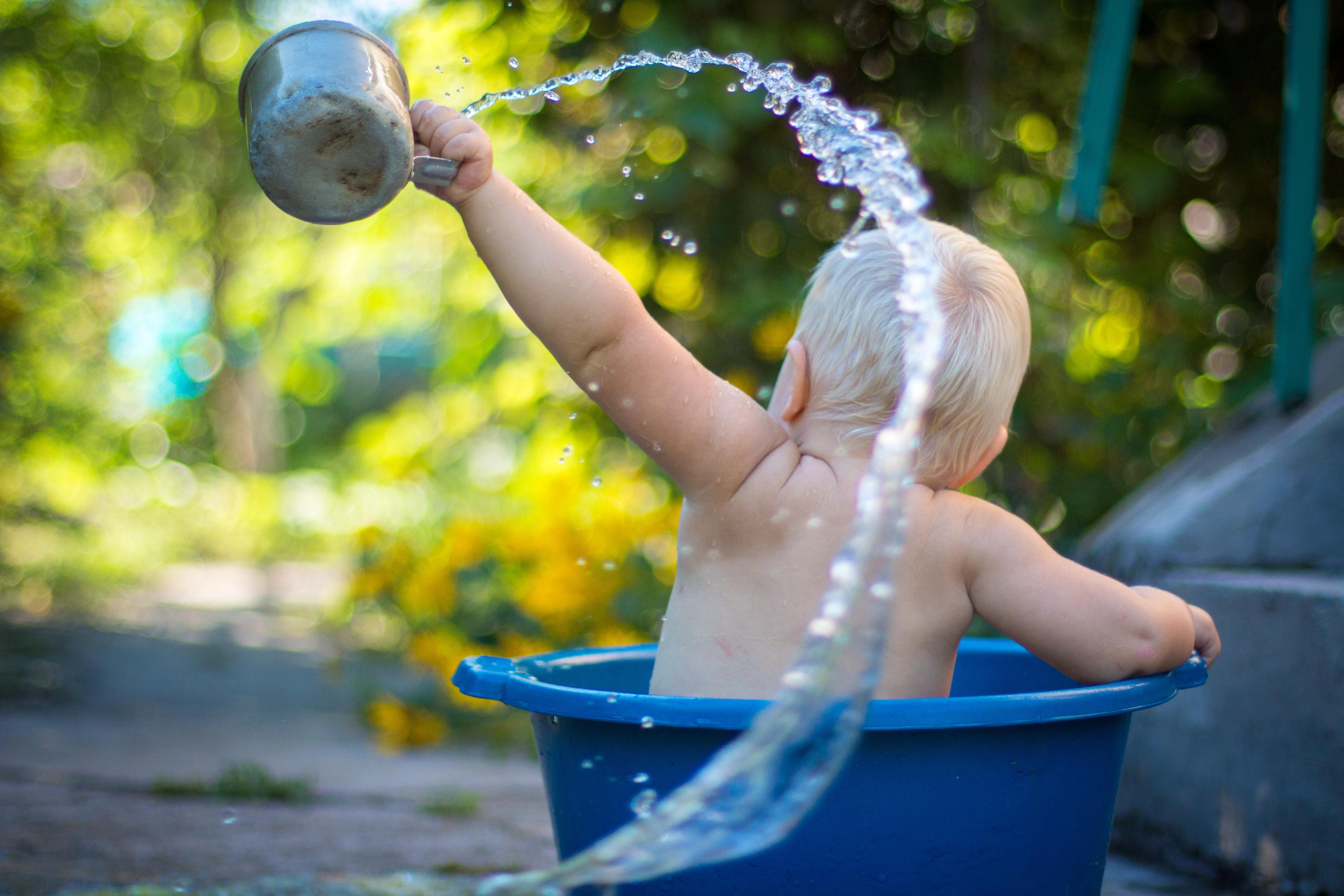 Babypflege baden waschen shampoo nabelpflege Foto:Lubomirkin bei Unsplash