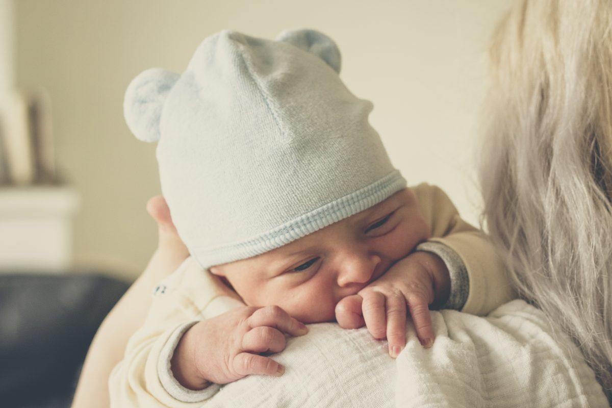 Babymütze Größe Babymützchen Größentabelle Mütze Sonnenhut Kinderhut Foto: Echo Grid bei Unsplash