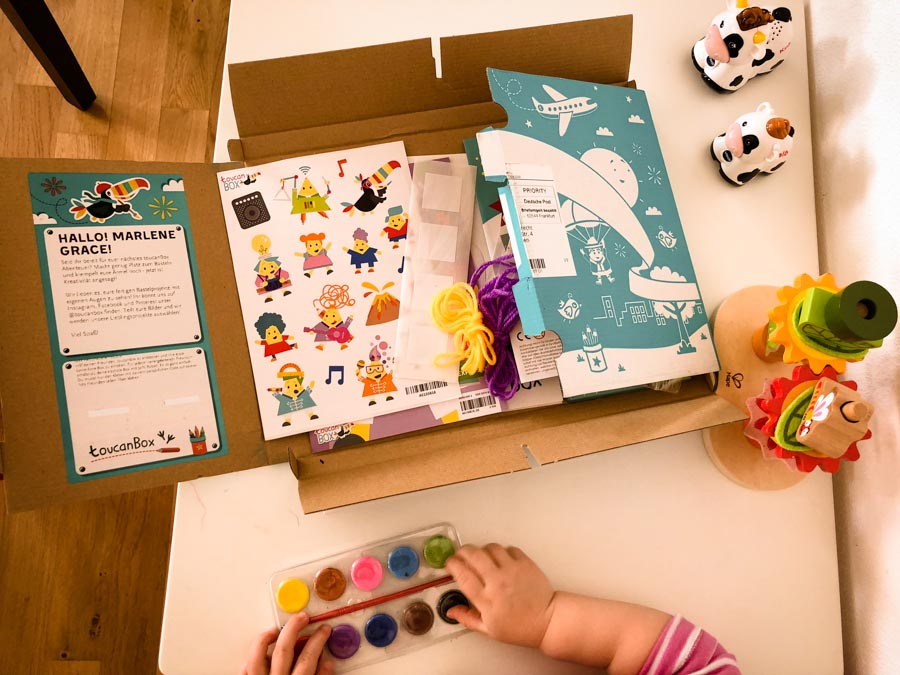 ToucanBox Probepackung mit Wasserfarben Federn Wollfaden und zahlreichen Bastelvorlagen Inhalt Foto: Babyratgeber.app
