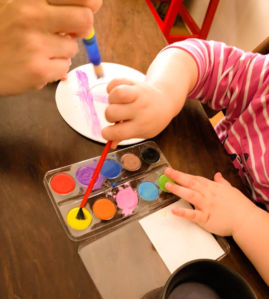 Kreativität fördern mit ToucanBox Kinderhände basteln Wasserfarbe Foto: Babyratgeber.app
