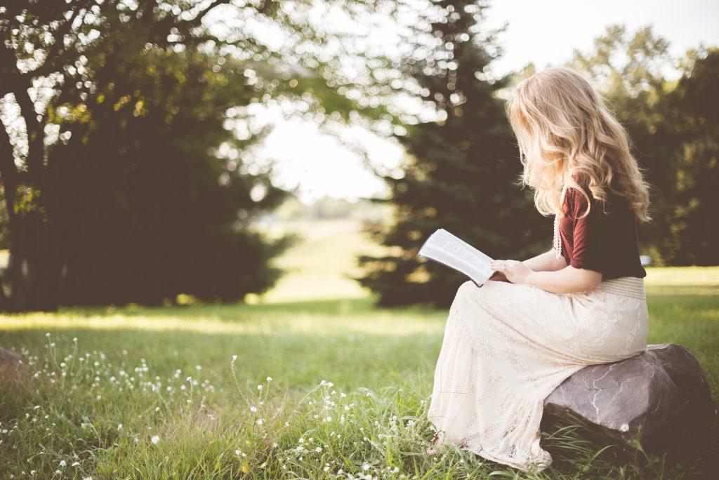 Foto Frau liest Buch von Ben White auf Unsplash