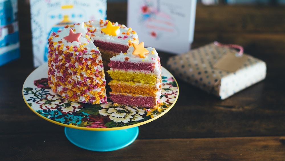 Einhornkuchen in allen Regenbogenfarben zum 1. Geburtstag und Piratentorte? Foto: Annie Spratt bei Unsplash