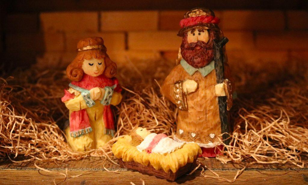 Bastelideen zu Weihnachten Weihnachtsbasteln mit Kindern Krippe selber bauen mit Kindern Foto: Chris Sowder bei Unsplash