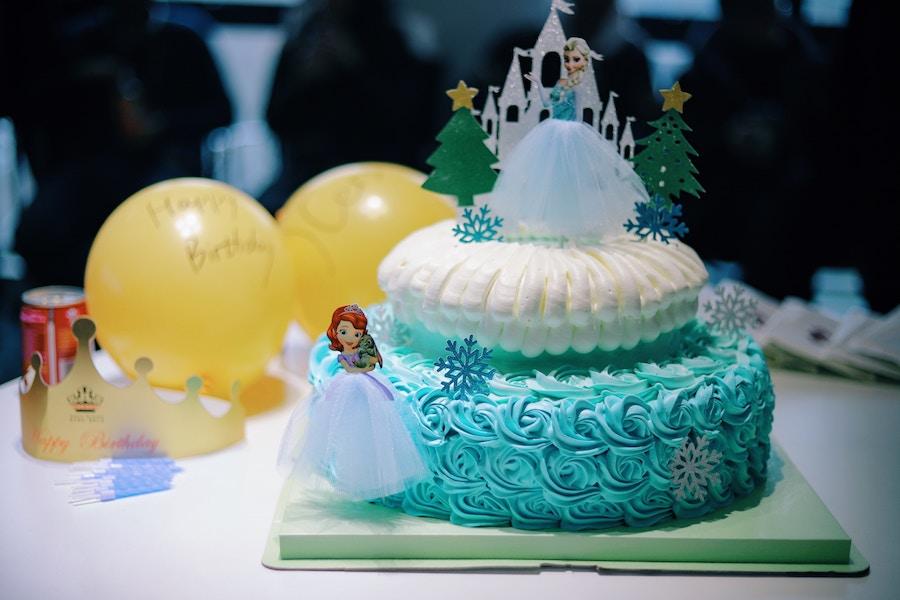 Torte für den 1. Geburtstag 1. Geburtstag Jungs und 1. Geburtstag Mädchen Einhornkuchen und Piratentorte oder Eiskönigin Elsa und Anna Foto: Wang Xi bei Unsplash