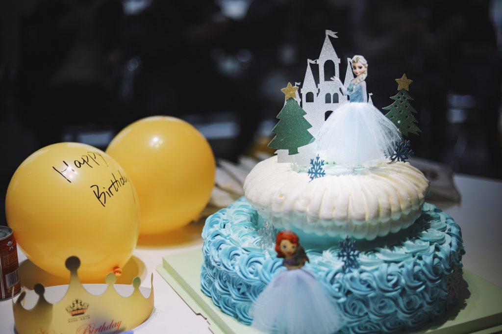 Themen Kindergeburtstag Torte Eiskönigin Elsa und Anna Foto: Unsplash